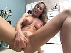 Грудастая порнозвезда Brandi Love мастурбирует в секс видеочате