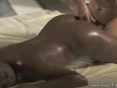 Мужчина делает индийский анальный массаж шоколадной девушке