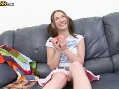 Русская девчонка с хвостиками пробует на киске вакуумную помпу