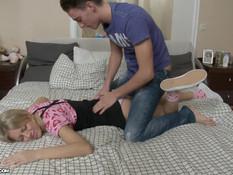Юная русская блондинка отсосала парнишке и дала трахнуть в анал