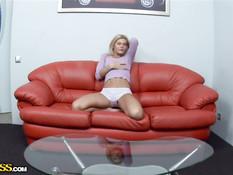 Симпатичная русская блондинка делает минет и даёт полизать киску
