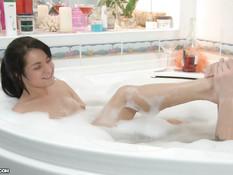 Парень принимает ванну с русской девкой и трахает её во влагалище