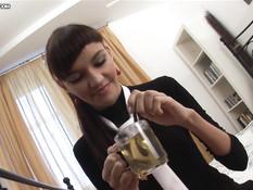 Симпатичная русская девушка зашла в гости и получила член в очко