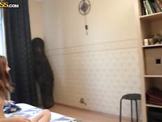Симпатичная русская девчонка подставляет члену упругую задницу