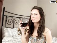 Паренёк угостил русскую девушку вином и оттрахал в сочную киску