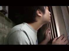 Японская девчонка на полу отсосала член и села на парня сверху
