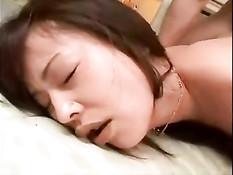 Три азиатских парня обучают правильному сексу девчонку в чулках
