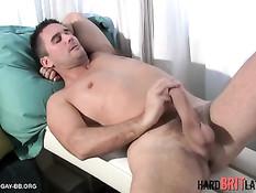 Зрелый гей руками дрочит свой большой пенис и кончает на живот