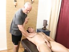 Пожилой гей сделал мускулистому мужчине массаж и подрочил член