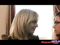 Зрелая блондинка Nina Hartley прыгает на члене молодого приятеля