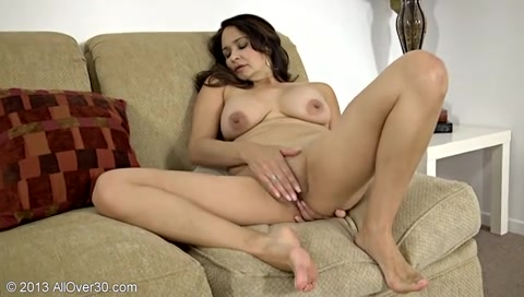 джозефина мастурбирует на диване - 2