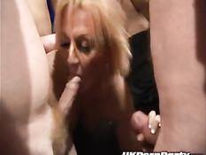 Ганг банг на развратной вечеринке британских свингеров в клубе