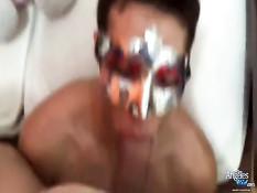 Мужчина в маске отсасывает член и вылизывает ноги транссексуалу