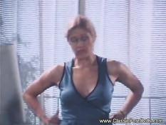 Дама в чулках отсасывает большой член и получает сперму на живот