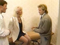 Двойное проникновение в сисястую немецкую блондинку в чулках