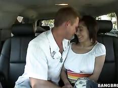 Молодая порно актриса Vanessa Leon подрочила член в автомобиле
