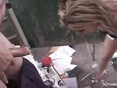 Молодая соска Isabel Ice делает жестокому мужику глубокий заглот