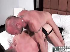 Два зрелых волосатых гея на кровати занимаются анальным сексом
