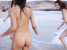Три голые молодые лесбиянки купаются и загорают на диком пляже