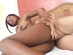 Шоколадная девушка Ms. Simone принимает душ и ебётся с парнем