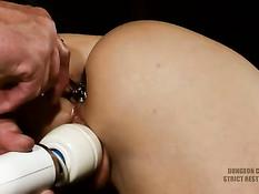 Жёсткий БДСМ секс и порка молодой блондиночки с кляпом во рту