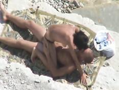 Девушка трахается с парнем в позе наездницы на нудистском пляже