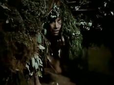 Мужик ебёт сисястую брюнетку в кустах в мексиканском ретро порно