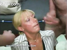 Лицо зрелой блондинки заливают спермой во время буккаке оргии