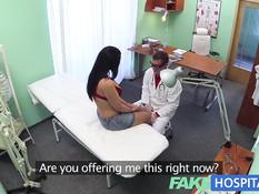 Зрелую брюнетку в липовой клинике оттрахали в выбритую письку