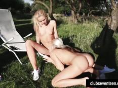 Задорные юные лесбиянки ласкают друг друга на шезлонге на улице