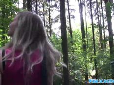 Молоденькая блондиночка согласилась отсосать и трахнуться в лесу