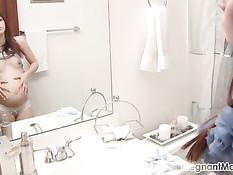 Беременная девушка с маленькой грудью мастурбирует бритую писю
