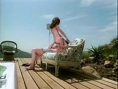 Худая девушка Gwen Summers ебётся с парнем на открытой террасе