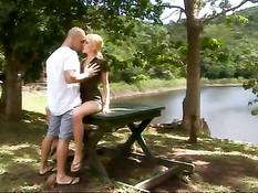 Лысый мужчина привёл в лес молодую блондинку и оттрахал в киску