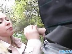 Европейская незнакомка в лесу отсасывает член и трахается раком