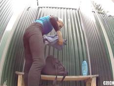 Худая чешская женщина раздевается и моется в душевой кабинке