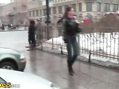 Русская девушка делает парню минет и трахается раком в ресторане