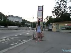 Молодая попутчица дрочит член и трахается в машине с водителем