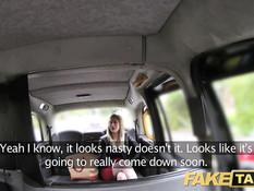 Водитель такси оттрахал на заднем сиденье молодую блондиночку