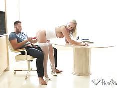 Зрелая блондинка в белом белье делает минет и прыгает на члене