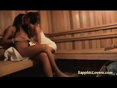 Юные лесбиянки Sheena Shaw и Cassandra Nix трут друг другу киски