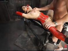 Секс рабыня в красном латексе Mika Tan сосёт член и ебётся раком