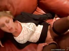 Горячая блондиночка Katie Morgan прыгает на члене и делает минет