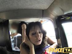 Дамочка с большой грудью Tara Holiday трахается с водителем такси
