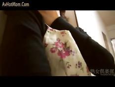 39-летняя японская мамочка мастурбирует подглядывая за парочкой