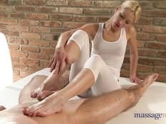 Блондинка намазала нежные руки маслом и сделала мужику массаж