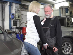 Русская блондинка в автомастерской сосёт член и ебётся с мастером