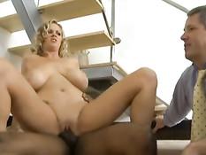 Смуглый парень отъебал кудрявую грудастую блондинку Katie Kox
