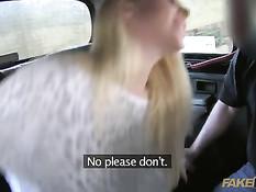 Сисястая блондинка Victoria Summers дрочит водителю член грудью