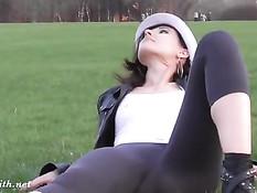 Красивая девушка Jeny Smith гуляет в колготках и с голой задницей
